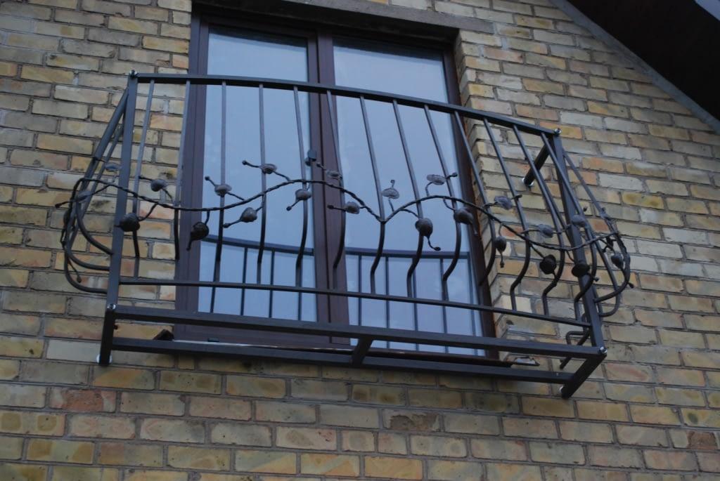 Gražaus dizaino metalinis balkonas su turėklais