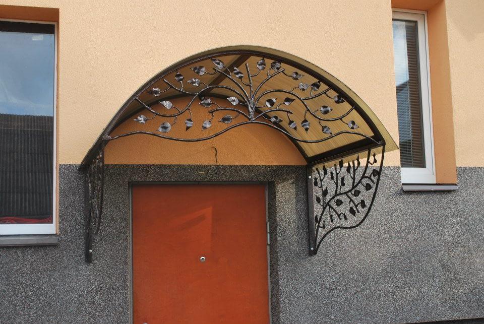 Metalinis stogelis virs duru