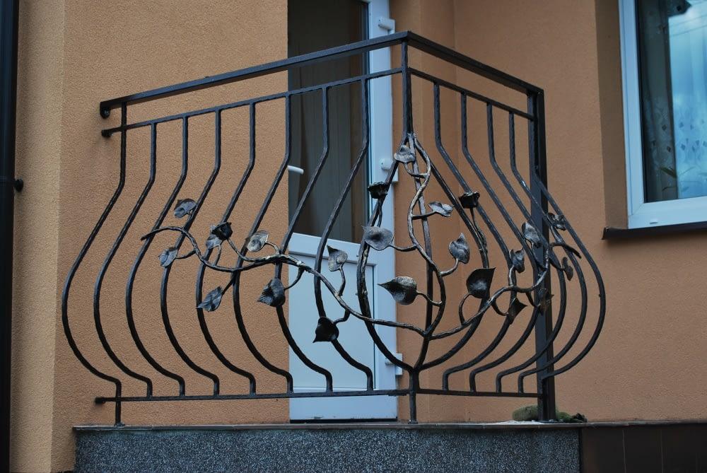 Metalinis balkonas su turėklais
